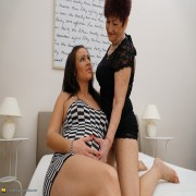 Horny mature lady doing a pregnant young babe