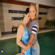 Two old and young lesbians lick eachother at the swimming pool