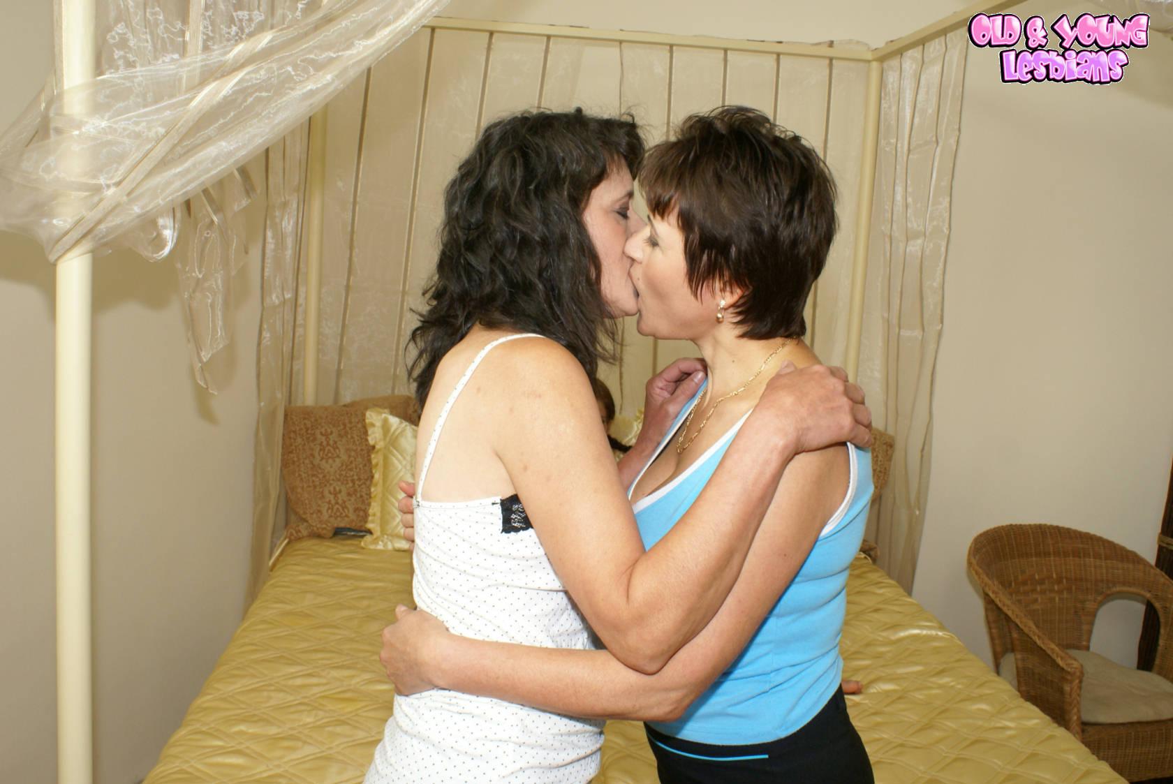 Старая лесбиянка учит молодых 2 фотография